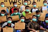 WISUDA PENYINTAS COVID-19. Sejumlah santri asal Ponpes Gontor berpose ketika mengikuti wisuda penyintas  COVID-19 di halaman Rumah Sakit Lapangan Surabaya, Jawa Timur, Selasa (28/7/2020). Berdasarkan data Satgas penanganan COVID-19 menyatakan jumlah pasien sembuh di Jawa Timur pada (28/7) sebanyak 401 pasien sehingga total pasien yang dinyatakan sembuh tercatat 13.081 orang. Antara Jatim/Zabur Karuru