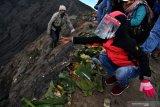 YADNYA KASADA. Masyarakat Suku Tengger  melarung uang ke kawah Gunung Bromo dalam rangka perayaan Yadnya Kasada, Probolinggo, Jawa Timur, Selasa (7/7/2020). Perayaan Yadnya Kasada merupakan bentuk ungkapan syukur dan penghormatan kepada leluhur masyarakat Suku Tengger dengan cara melarung sesaji berupa hasil bumi dan ternak ke kawah Gunung Bromo. Antara Jatim/Zabur Karuru