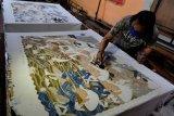 Batik tulis berkonsep wayang beber