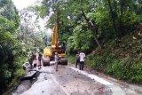 Jalan ambrol di Kelok 10 dipasangi jembatan dari pohon kelapa