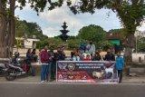 Anak motor di Mataram bagikan daging kurban ke pekerja jalanan