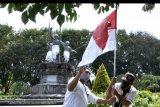 Petugas memasang bendera merah putih di kawasan Lapangan Puputan Badung, Denpasar, Bali, Rabu (5/8/2020). Pemasangan bendera dan umbul-umbul merah putih dilakukan di sejumlah titik fasilitas umum, ruas jalan, taman dan ikon Kota Denpasar untuk menyambut peringatan HUT ke-75 Kemerdekaan Republik Indonesia. ANTARA FOTO/Fikri Yusuf/nym.