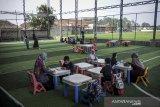 Siswa Ibtidaiyah melakukan kegiatan belajar mengajar di  lapangan futsal Sekolah Satu Atap Ibnu Aqil Ibnu Sina (IAIS) di Soreang, Kabupaten Bandung, Jawa Barat, Rabu (5/8/2020). Sekolah IAIS yang berada di zona hijau kembali menggelar pembelajaran secara tatap muka dengan menerapkan konsep seminggu belajar tatap muka dan dua minggu belajar secara daring di rumah guna memaksimalkan pendidikan karakter dan pembinaan akhlak bagi anak. ANTARA JABAR/Raisan Al Farisi/agr