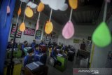 Siswa Ibtidaiyah melakukan kegiatan belajar mengajar di Sekolah Satu Atap Ibnu Aqil Ibnu Sina (IAIS) di Soreang, Kabupaten Bandung, Jawa Barat, Rabu (5/8/2020). Sekolah IAIS yang berada di zona hijau kembali menggelar pembelajaran secara tatap muka dengan menerapkan konsep seminggu belajar tatap muka dan dua minggu belajar secara daring di rumah guna memaksimalkan pendidikan karakter dan pembinaan akhlak bagi anak. ANTARA JABAR/Raisan Al Farisi/agr