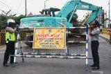Petugas memasang barikade untuk menutup akses jalan nasional Tulungagung-Trenggalek di titik ruas jembatan Lembupeteng, Tulungagung, Jawa Timur, Selasa (4/8/2020). Penutupan sementara diberlakukan selama 60 hari ke depan untuk kepentingan rehabilitasi konstruksi jembatan yang rusak karena faktor usia. Antara Jatim/Destyan Sujarwoko/zk.
