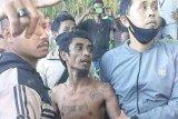 Seorang pria bunuh dua anak kandungnya dan bersembunyi di pohon kelapa