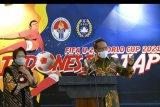 Menpora Zainudin Amali (kanan) bersama Wali Kota Surabaya Tri Rismaharini (kiri) memberikan keterangan pers terkait penyelenggaraan Piala Dunia U-20 2021 di Kantor Kemenpora, Jakarta, Kamis (6/8/2020). Tri Rismaharini menyatakan bahwa Stadion GBT siap menjadi salah satu tempat penyelengaraan Piala Dunia U-20 pada tahun 2021 dan akan diverifikasi Federasi Sepak Bola Dunia (FIFA) pada September mendatang. ANTARA FOTO/M Risyal Hidayat/nym.