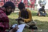 Sejumlah siswa Sekolah Menengah Kejuruan (SMK) PGRI 3 mengerjakan tugas sekolah di Taman I Love Karawang, Nagasari, Karawang, Jawa Barat, Kamis (6/8/2020). Menurut Satuan Tugas (Satgas) Pelajar Sekolah Menengah Kejuruan Kabupaten Karawang siswa tersebut kesulitan mendapat akses internet di daerahnya dan terpaksa pergi ke kota untuk mengerjakan tugas sekolah dengan memanfaatkan fasilitas internet gratis. ANTARA JABAR/M Ibnu Chazar/agr
