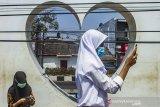 Sejumlah siswa Sekolah Menengah Kejuruan (SMK) Karya Utama memanfaatkan akses internet gratis di Taman I Love Karawang, Nagasari, Karawang, Jawa Barat, Kamis (6/8/2020). Menurut Satuan Tugas (Satgas) Pelajar Sekolah Menengah Kejuruan Kabupaten Karawang siswa tersebut kesulitan mendapat akses internet di daerahnya dan terpaksa pergi ke kota untuk mengerjakan tugas sekolah dengan memanfaatkan fasilitas internet gratis. ANTARA JABAR/M Ibnu Chazar/agr