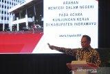 Menteri Dalam Negeri Tito Karnavian memberikan arahan saat kunjungan kerja di Indramayu, Jawa Barat, Rabu (5/8/2020). Kunjungan kerja mendagri tersebut dalam rangka peluncuran Gerakan Sejuta Masker sekaligus mengecek kesiapan dan pemantapan penyelenggaraan pilkada serentak pada Desember 2020. ANTARA JABAR/Dedhez Anggara/agr