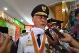 Pedagang kaki lima maki Wali Kota Padang saat di tegur berjualan di trotoar