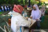 Petugas kesehatan melakukan tes diagnostik cepat (rapid test) terhadap siswa di SMUN 4 Pontianak, Kalimantan Barat, Sabtu (1/8/2020). Dinas Kesehatan Provinsi Kalbar melakukan tes diagnostik cepat (rapid test) terhadap siswa kelas XII serta tes usap (swab test) terhadap guru dan pegawai sekolah di sekolah tersebut untuk mempersiapkan lingkungan belajar bebas COVID-19. ANTARA FOTO/Jessica Helena Wuysang/hp.