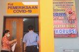 Petugas melayani pasien memasuki ruang layanan Poli COVID di RSUD dr. Iskak, Tulungagung, Jawa Timur, Jumat (7/8/2020). Rumah sakit setempat melayani permintaan rapid test (tes cepat) maupun  swab test (tes usap) gratis kepada warganya yang membutuhkan keterangan sehat COVID-19 untuk keperluan pekerjaan, sekolah maupun acara bepergian ke luar kota/luar negeri. Antara Jatim/Destyan Sujarwoko/zk.