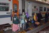 Sejumlah penumpang turun dari Kereta Api (KA) Kahuripan jurusan Kiaracondong Bandung-Blitar Jawa Timur di Stasiun KA Madiun, Jawa Timur, Jumat (7/8/2020). Selama masa pandemi COVID-19 PT KAI Daerah Operasi (Daop) 7 Madiun mencatat terjadi lonjakan jumlah penumpang yang naik dan turun di seluruh stasiun di daerah itu hingga 94 persen selama Juli 2020 sebanyak 108.490 penumpang dibandingkan Juni 55.944 penumpang. Antara Jatim/Siswowidodo/zk