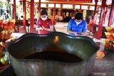 Umat Budha melakukan ibadah sembahyang saat memperingati Dewi Kwan Im mencapai kesempurnaan di Vihara Avalokitesvara, Pamekasan, Jawa Timur, Jumat (7/8/2020). Panitia Pelaksana perayaan Dewi Kwan Im, mengaku  kehadiran umat Budha untuk melaksanakan ibadah di Vihara itu, menurun derastis dibanding perayaan sebelumnya yang mencapai hingga 500 orang, karena Pandemi COVID-19. Antara Jatim/Saiful Bahri/zk