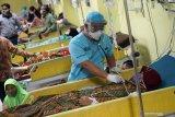 Petugas memeriksa detak jantung dan nadi pasien di ruang Yellow Zone Instalasi Gawat Darurat RSUD dr Iskak, Tulungagung, Jawa Timur, Jumat (7/8/2020). Untuk mengurangi beban ekonomi masyarakat lapis bawah yang terdampak COVID-19, tahun ini pemerintah mensubsidi Rp3 triliun untuk pembayaran iuran peserta kelas III mandiri BPJS Kesehatan yang naik dari sebelumnya Rp25.500/orang/bulan menjadi Rp35.000. Antara Jatim/Destyan Sujarwoko/zk.