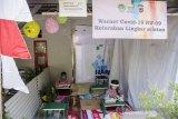 Siswa SD melakukan pembelajaran jarak jauh menggunakan kuota internet secara gratis di Warung Internet COVID-19, Bandung, Jawa Barat, Jumat (7/8/2020). Warung Internet gratis tersebut merupakan hasil swadaya masyarakat yang disediakan untuk membantu pelajar dan orang tua murid yang terkendala dalam pembelajaran jarak jauh secara daring pada masa adaptasi kebiasan baru dengan tetap membatasi jumlah anak dan menerapkan protokol kesehatan. ANTARA JABAR/Novrian Arbi/agr