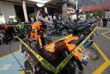 Polisi melakukan pengecekan sepeda motor yang diamankan hasil Operasi Patuh Semeru 2020 di Polresta Kediri, Jawa Timur, Kamis (6/8/2020). Operasi yang digelar kepolisian daerah setempat selama dua pekan tersebut menindak sebanyak 546 pelanggar lalu lintas sekaligus mengamankan 35 unit sepeda motor yang menyalahi aturan. ANTARA FOTO/Prasetia Fauzani/nz