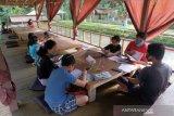 Sejumlah siswa SD belajar secara