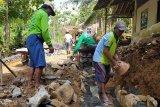 Semen Indonesia Group Peduli bangun talut jalan di  Cilacap
