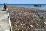 Sampah hanyut tiba-tiba menutupi dermaga Pulau Serasan
