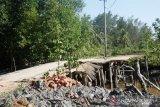 Jembatan menuju ke Desa Resang rusak parah