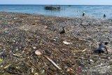 Sampah dari tengah laut menumpuk di pelabuhan Penage, Serasan