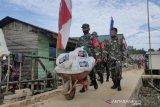 Pangdam XIV/Hasanuddin memberi bantuan sembako bagi warga pesisir