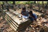 Sejumlah siswa kelas 6 SDN Sumberaji 2 mengerjakan tugas pelajaran sekolah secara daring atau online di kawasan makam Dusun Ngapus, Desa Sumberaji, Kecamatan Kabuh, Kabupaten Jombang, Jawa Timur, Sabtu (8/8/2020). Kawasan makam yang berada lebih tinggi dibandingkan pemukiman warga ini menjadi tempat belajar para siswa dari pagi hingga siang hari karena di lokasi tersebut yang memungkinkan mendapatkan sinyal jaringan internet untuk belajar online atau daring. ANTARA FOTO/Syaiful Arif/nym.