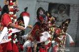 Sejumlah penari mementaskan tari Topeng Klana di Sanggar Mimi Rasinah, Indramayu, Jawa Barat, Sabtu (8/8/2020) malam. Pemda Indramayu mengeluarkan izin kegiatan acara kesenian, hajatan dan kegiatan seni lain dengan mengedepankan protokol kesehatan agar membangkitkan kembali perekonomian seniman yang terpuruk akibat pandemi COVID-19. ANTARA JABAR/Dedhez Anggara/agr