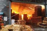 Saksi mata mendengar ledakan sebelum pabrik mebel terbakar