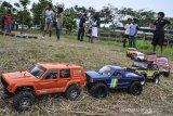 Peserta bersiap mengikuti lomba Kejurda RC Adventure Jabar Seri II Tasikmalaya, di Rumah Botram Saung Leuweng, Indihiang, Kota Tasikmalaya, Jawa Barat, Minggu (9/8/2020). Kejuaraan RC tersebut diikuti 43 peserta dari daerah Tasikmalaya, Bandung dan Garut dengan mengadopsi aturan layaknya kejuaraan mobil offroad aslinya. ANTARA JABAR/Adeng Bustomi/agr
