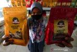 Pelaku usaha mikro kecil menengah (UMKM) memperlihatkan kopi arabika dan robusta gayo yang telah dikemas untuk dijual secara daring (online) di Banda Aceh, Aceh, Minggu (9/8/2020). Selain memasarkan produk dengan cara tatap muka, para pelaku UMKM juga menjual berbagai hasil usaha dengan cara online sebagai salah satu upaya mencegah penularan COVID-19. Antara Aceh/Irwansyah Putra.