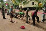 Prajurit Satgaspamtas Yonif 125/Si'mbisa kerja bakti bersama warga kampung Yakyu