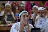 Peserta mengikuti kegiatan pelatihan tata rias di Badung, Bali, Senin (10/8/2020). Kegiatan tersebut diselenggarakan Dinas Kearsipan dan Perpustakaan Badung sebagai program transformasi perpustakaan berbasis inklusi sosial yang memfasilitasi masyarakat untuk mengembangkan potensinya serta untuk memberikan keterampilan bagi warga sebagai upaya pemulihan ekonomi yang terdampak pandemi COVID-19. ANTARA FOTO/Fikri Yusuf/nym
