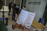 Warga membaca brosur aplikasi Chat Assistant JKN (Chika) di Kantor Cabang BPJS Kesehatan Bandung, Jawa Barat, Senin (10/8/2020). Menghadapi Adaptasi Kebiasaan Baru (AKB), BPJS Kesehatan menerapkan inovasi kemudahan layanan administrasi kepesertaan JKN-KIS melalui aplikasi Mobile JKN, Chika, Vika guna meminimalisir kunjungan peserta ke kantor cabang sebagai antisipasi penyebaran COVID-19. ANTARA JABAR/Raisan Al Farisi/agr