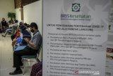Warga antre di Kantor Cabang BPJS Kesehatan Bandung, Jawa Barat, Senin (10/8/2020). Menghadapi Adaptasi Kebiasaan Baru (AKB), BPJS Kesehatan menerapkan inovasi kemudahan layanan administrasi kepesertaan JKN-KIS melalui aplikasi Mobile JKN, Chika, Vika guna meminimalisir kunjungan peserta ke kantor cabang sebagai antisipasi penyebaran COVID-19. ANTARA JABAR/Raisan Al Farisi/agr