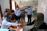Kepala Imigrasi Kelas II Non TPI Blitar Andhika Pandu Kurniawan (Tiga Kanan) didampingi Kasi Dokumen Perjalanan dan Ijin Tinggal Keimigrasian Andri Budiman (Dua Kanan) mengawasi langsung pelaksanaan perekaman data program EAZY Paspor di SMKN 3 Blitar, Jawa Timur, Senin (10/8/2020). Eazy Pasport merupakan pelayanan penerbitan paspor yang dilaksanakan diluar kantor dengan cara mendatangi lokasi pemohon secara kolektif menggunakan mobil layanan paspor keliling atau mobile unit Surat Perjalanan Republik Indonesia (SPRI) untuk menghindari penyebaran COVID-19. Antara Jatim/Irfan Anshori/zk