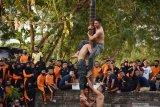 Sejumlah taruna Politeknik Perkeretaapian Indonesia (PPI) mengikuti lomba tradisional panjat pinang di depan kampusnya di Kota Madiun, Jawa Timur, Minggu (9/8/2020). Lomba tadisional tersebut digelar untuk memeriahkan Hari Ulang Tahun ke-75 Proklamasi Kemerdekaan RI. Antara Jatim/Siswowidodo/zk