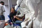 Petugas medis mengambil sampel darah ofisial tim Persik Kediri saat tes cepat (rapid test) COVID-19 di Kota Kediri, Jawa Timur, Senin (10/8/2020). Manajemen Persik Kediri mengadakan tes diagnostik cepat kepada seluruh pemain dan ofisial tim sebelum menggelar latihan secara resmi menjelang digulirkannya kembali kompetisi Liga 1. Antara Jatim/Prasetia Fauzani/zk