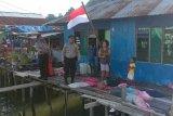 Polresta Jayapura bagi bendera Merah Putih ke warga semarakkan HUT RI