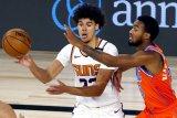 Cameron Johnson (23) dari Phoenix Suns ditempel oleh Terrance Ferguson dari Oklahoma City Thunder dalam laga kedua tim di Lake Buena Vista, Florida, AS, pada 10 Agustus 2020.  (REUTERS/USA TODAY Sports/Mike Ehrmann)