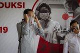 Presiden Joko Widodo bersama Sekretaris Kabinet Pramono Anung (kanan) seusai melakukan peninjauan fasilitas produksi dan uji klinis tahap III vaksin COVID-19 di Fakultas Kedokteran Universitas Padjadjaran, Bandung, Selasa (11/8/2020). Dalam kegiatan tersebut dijadwalkan juga penyuntikkan kepada 1.620 subyek relawan yang ditargetkan semua uji klinis termasuk otorisasi dari BPOM akan tuntas pada Januari 2021. ANTARA FOTO/Dhemas Reviyanto/nym.