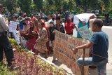Diduga bakar ban bekas dan kayu di badan jalan nasional, delapan warga Sungai Aur diamankan polisi