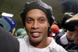 Baru bebas dari penjara, Ronaldinho langsung menggelar pesta dengan model