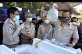 Menteri Kelautan dan Perikanan Edhy Prabowo (kanan) mengamati produk perikanan yang akan diekspor saat meninjau Tempat Pemeriksaan Fisik Ikan (TPFI) Terintegrasi di kawasan Bandara Internasional I Gusti Ngurah Rai, Badung, Bali, Selasa (12/8/2020). TPFI Badan Karantina Ikan Pengendalian Mutu dan Keamanan Hasil Perikanan (BKIPM) Denpasar tersebut diharapkan dapat mempercepat dan mengefektifkan proses pemeriksaan produk perikanan yang akan diekspor. ANTARA FOTO/Fikri Yusuf/nym