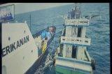 Video proses penangkapan kapal 'illegal fishing' di perairan Laut Natuna Utara ditayangkan saat saat konferensi pers di kawasan Benoa, Denpasar, Bali, Selasa (12/8/2020). Kapal Pengawas Perikanan KKP berhasil menangkap tiga kapal ikan asing berbendera Vietnam yang memasuki wilayah Indonesia secara ilegal pada 10 Agustus lalu. ANTARA FOTO/Fikri Yusuf/nym