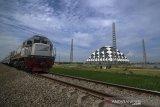Kereta api melintas di Gedebage, Bandung, Jawa Barat, Rabu (12/8/2020). Kementerian Perhubungan mencatat, dalam lima tahun terakhir pertumbuhan pergerakan perjalanan kereta api meningkat signifikan, dengan rincian pada 2015 grafik perjalanan kereta api sebanyak 1.599 per hari sedangkan pada 2019 grafik perjalanan kereta api menjadi 2.079 perjalanan kereta api perhari. ANTARA JABAR/Raisan Al Farisi/agr
