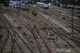 Kereta api menunggu keberangkatan di Stasiun Bandung, Jawa Barat, Rabu (12/8/2020). Kementerian Perhubungan mencatat, dalam lima tahun terakhir pertumbuhan pergerakan perjalanan kereta api meningkat signifikan, dengan rincian pada 2015 grafik perjalanan kereta api sebanyak 1.599 per hari sedangkan pada 2019 grafik perjalanan kereta api menjadi 2.079 perjalanan kereta api perhari. ANTARA JABAR/Raisan Al Farisi/agr