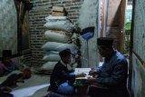 Guru mengajar anak-anak mengaji Al Quran di Desa Pasir Kupa, Lebak, Banten, Rabu (12/8/2020). Pemerintah daerah Kabupaten Lebak memberikan dana insentif bagi guru mengaji sebesar Rp250 ribu per tahun guna mendukung program maghrib mengaji agar anak-anak mampu membaca ayat suci Al Quran. ANTARA FOTO/Muhammad Bagus Khoirunas/agr/foc.